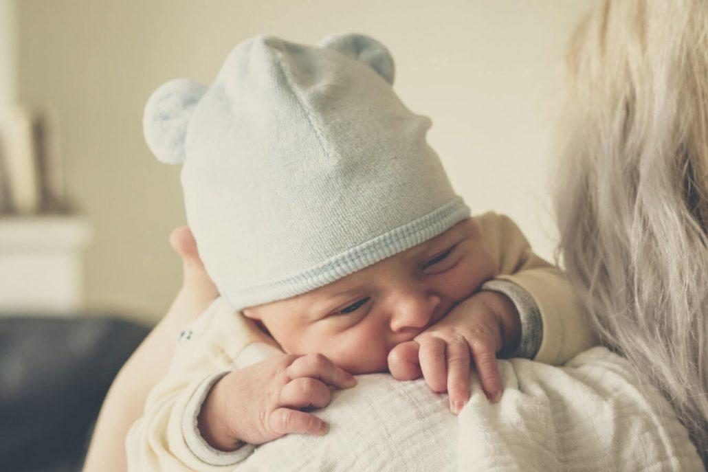 samen met de baby op de weegschaal